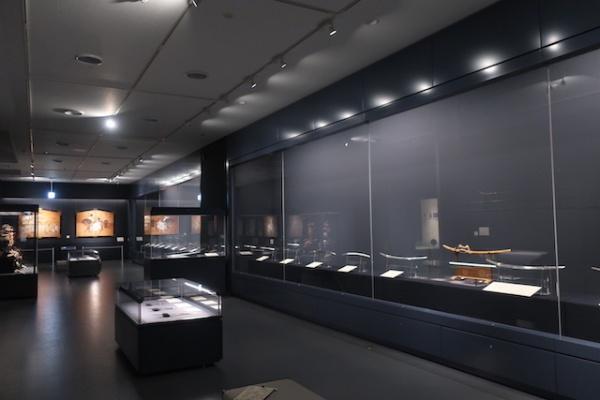 高岡の森弘前藩歴史館 刀の並ぶ展示室内